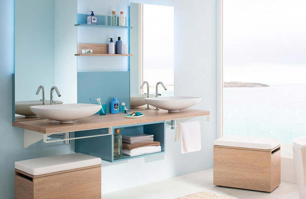 Ambiance cosy et pratique dans cette salle de bain aux doux tons bleus