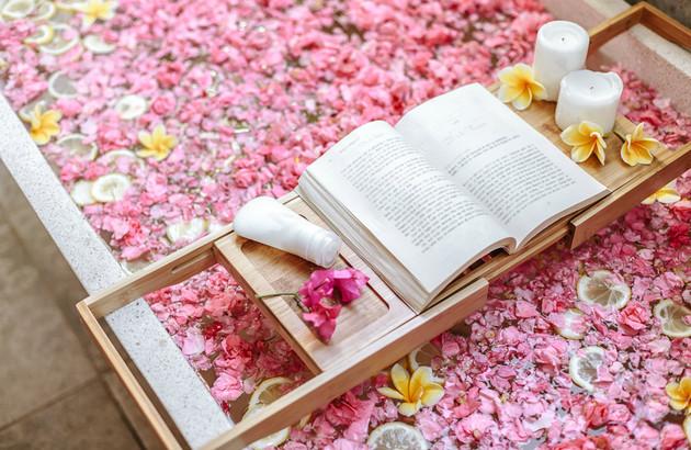 La symbolique et les avantages du rose dans une salle de bains