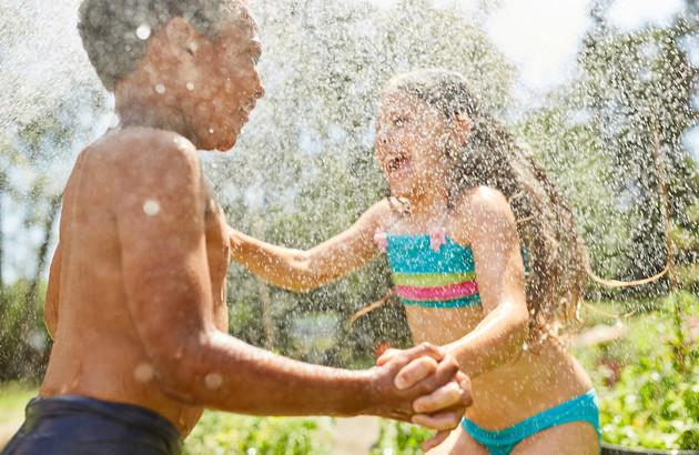Enfants jouant sous une douche extérieure
