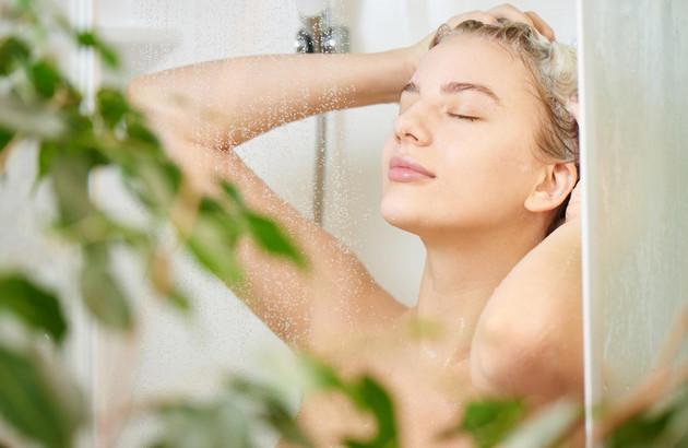femme se douchant dans la baignoire Neo de Jacob delafon