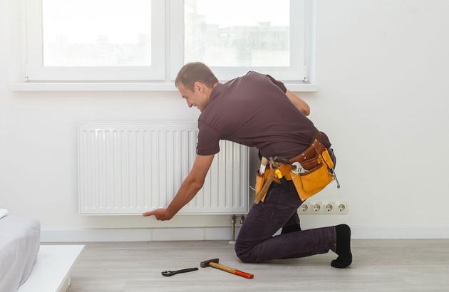 artisan en plein entretien d'un radiateur