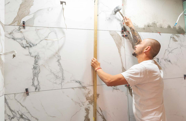 Pose de carrelage marbre grand format par un artisan carreleur