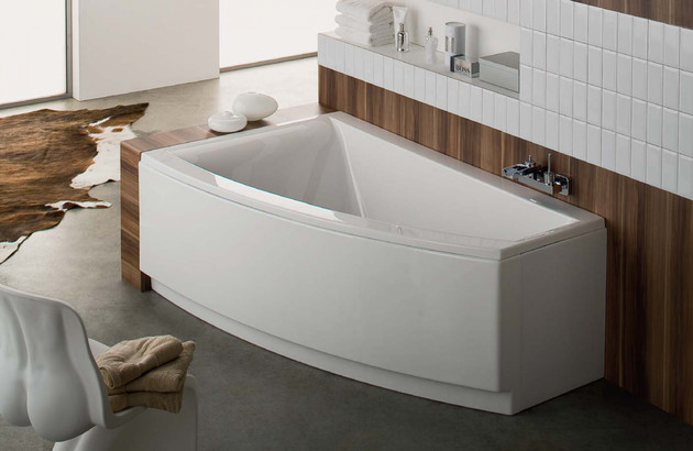 Petite salle de bains et baignoire d'angle