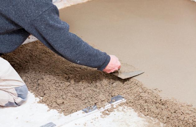 Application d'un enduit de ragréage au sol