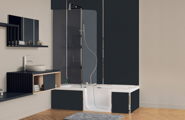 Baignoire balnéo Duo de Kinedo, un combiné douche-bain muni d'une porte étanche