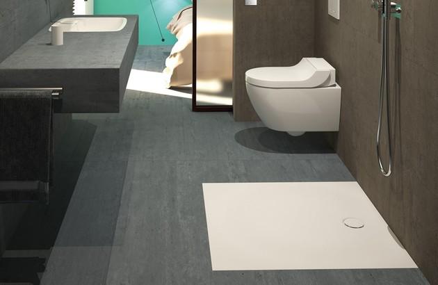 Salle de bains aménagée en longueur avec douche italienne Geberit Setaplano