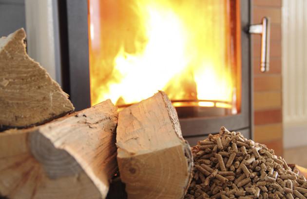 Chaudière à bois avec des buches et des granulés