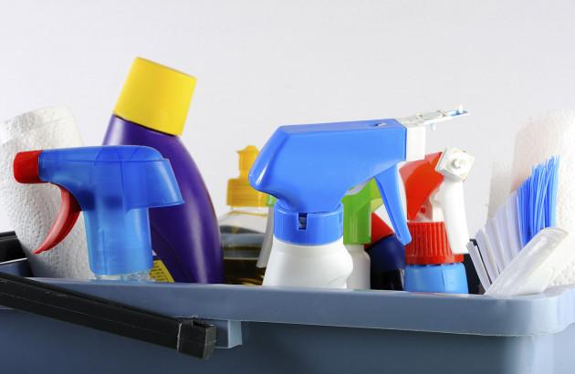 Seau rempli avec du matériel de nettoyage