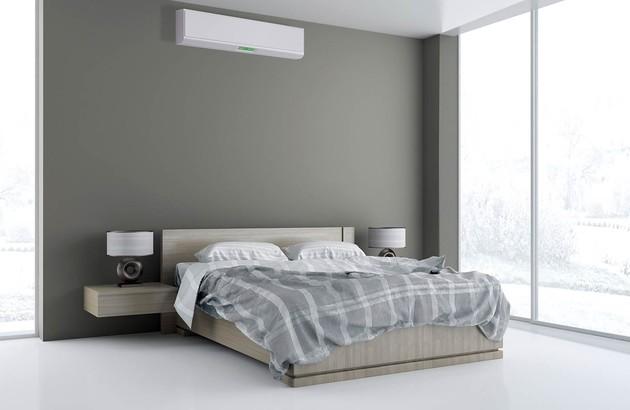 unité de climatisation murale installée dans une chambre à coucher
