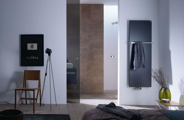 Sèche-serviettes design noir dans salle de bains