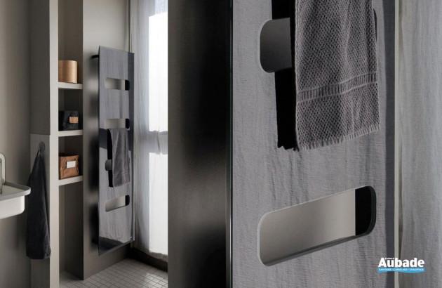 Radiateur sèche-serviettes électrique Campastyle Elite dans une salle de bains classique