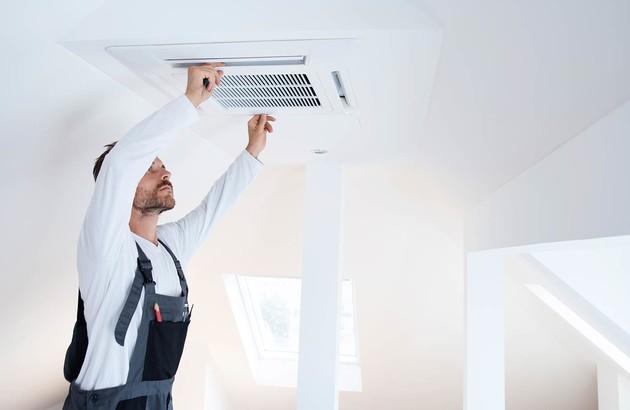 professionnel s'occupant de l'entretien du climatiseur gainable