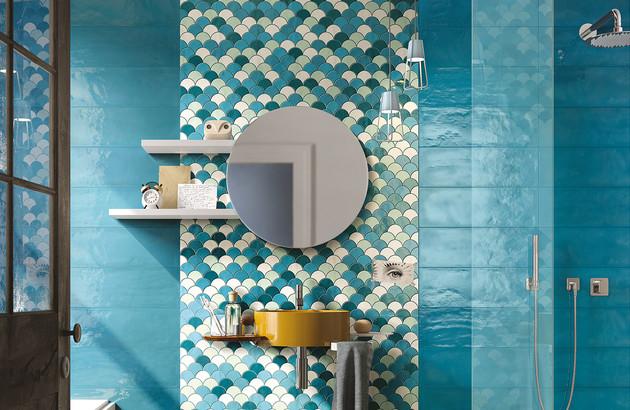 Mosaïque style écaille de poisson sur le mur d'une salle de bains
