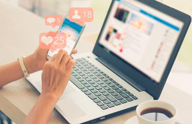 laptop et smartphone sur les reseaux sociaux