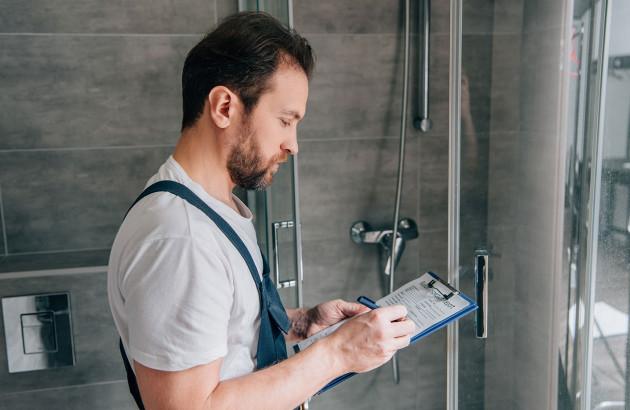 Électricien vérifie les normes d'une salle de bain