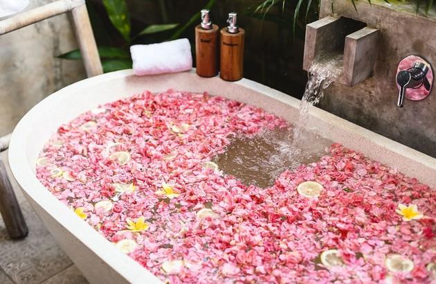 Baignoire dans une salle de bains zen