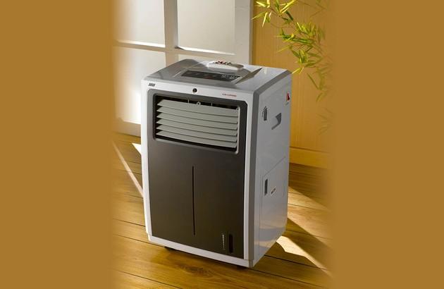 climatiseur mobile vu à travers une porte