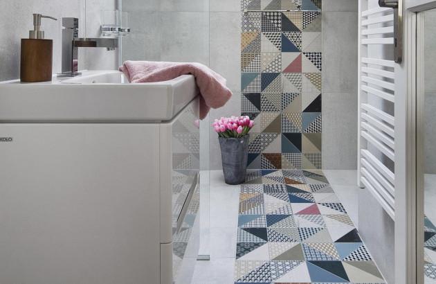 Mix and Match parfait dans la salle de bains, composé d'une mosaïque colorée et grands carreaux