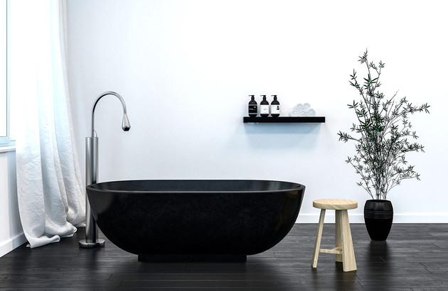 Baignoire noir dans une salle de bains Blanche