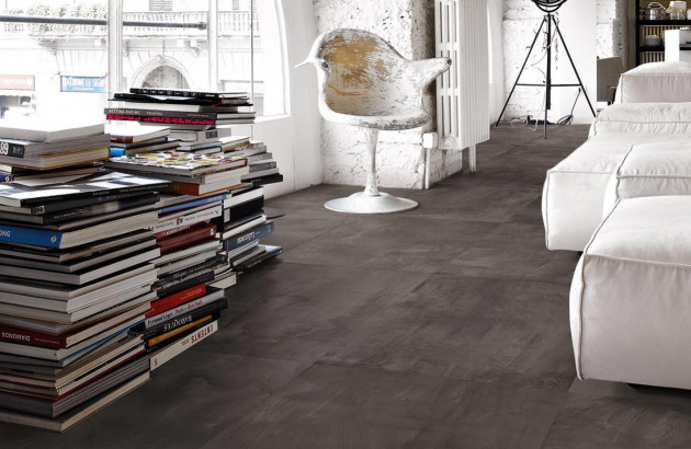 Salon moderne et industriel avec un carrelage sombre à grands carreaux