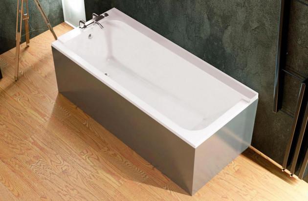 Baignoire rectangulaire dans une salle de bains