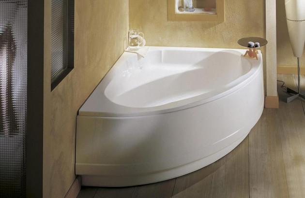 Baignoire d'angle dans une salle de bains