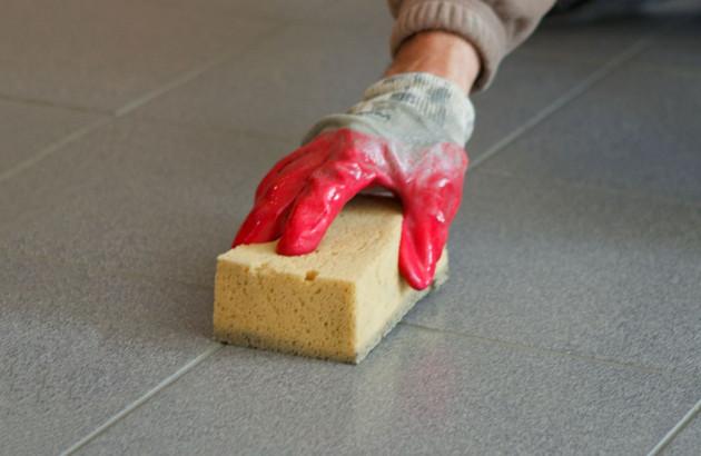 Nettoyage de joints de carrelage à l'éponge