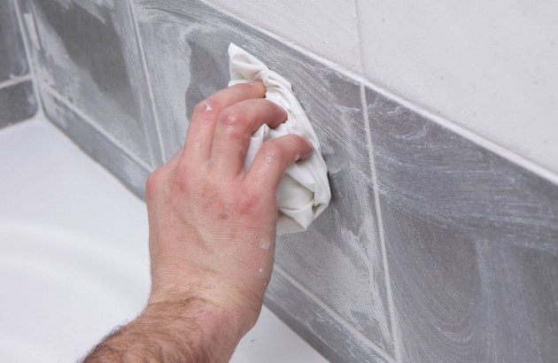 Parfait nettoyage des joints de carrelage mural à l'éponge et aux produits naturels