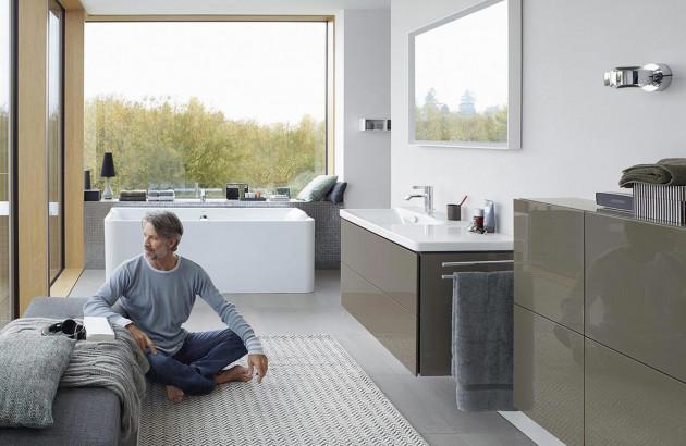 Salle de bains à l'espace optimisé avec des meubles de Duravit