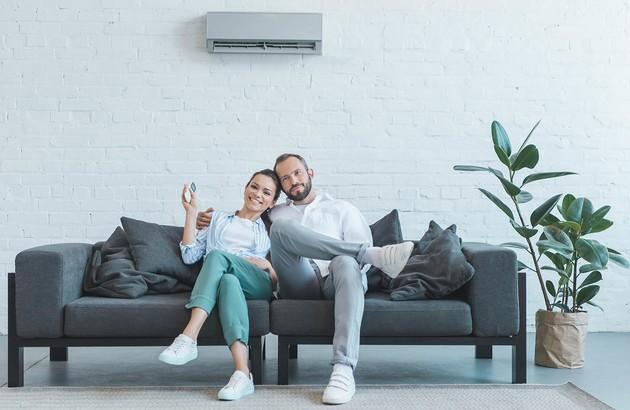 Couple heureux de la nouvelle climatisation installée par un professionnel