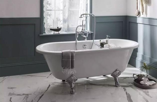 Carrelage imitation marbre dans une salle de bains rétro