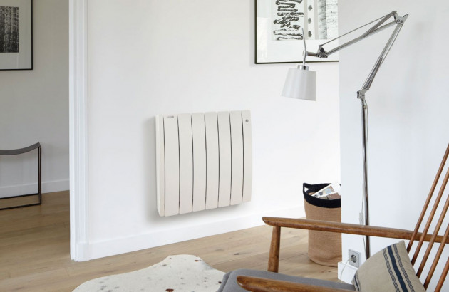 Convecteur électrique blanc dans un séjour