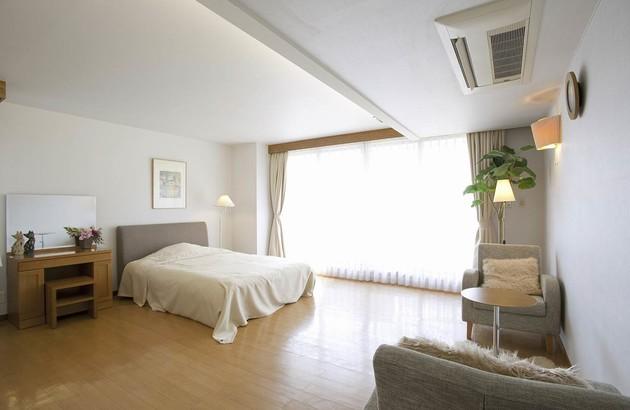 unité de climatisation murale installée au dessus d'un lit