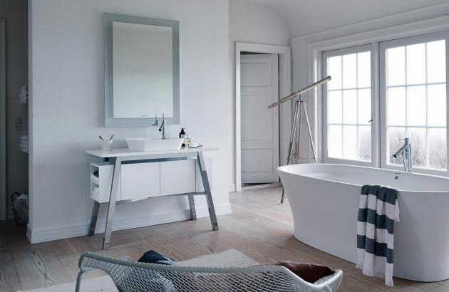 Salle de bain élégante avec baignoire hors sol et décoration épurée
