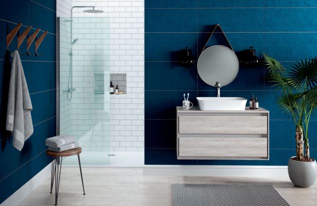 Salle de bains avec les éléments disgracieux bien dissimulés