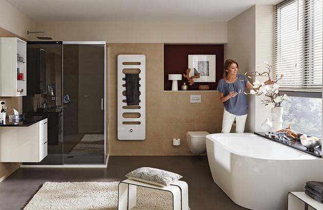 Belle douche italienne aménagée dans une salle de bains contemporaine