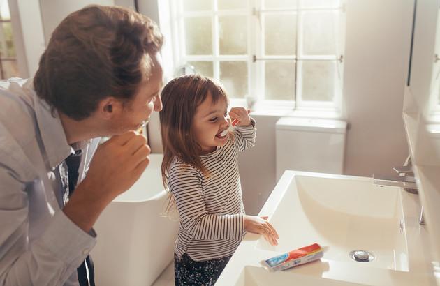 petite fille et son papa entrain de se brosser les dents
