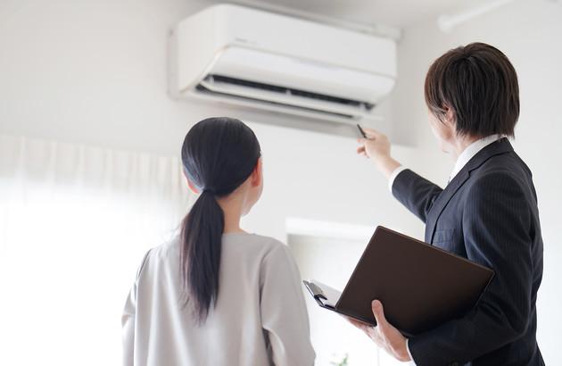 Vendeur conseillant la meilleure climatisation monosplit