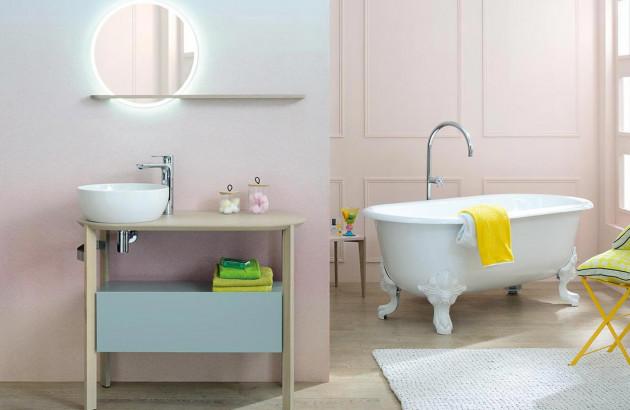 Belle salle de bains scandinave avec des meubles épurés et colorés Sacha de Sanijura