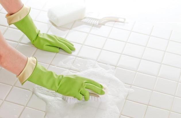 Nettoyage du carrelage à l'aide de produit naturel