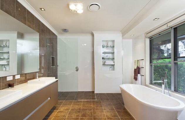 Discrète vmc connectée dans salle de bain élégante