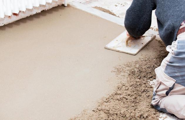 Préparation du sol par un artisan avant de poser un nouveau revêtement