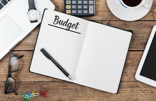 cahier sur une table avec l'inscription budget