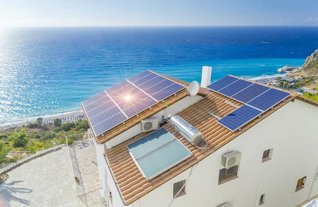 Panneaux solaire sur le toit d'un logement pour climatisation solaire
