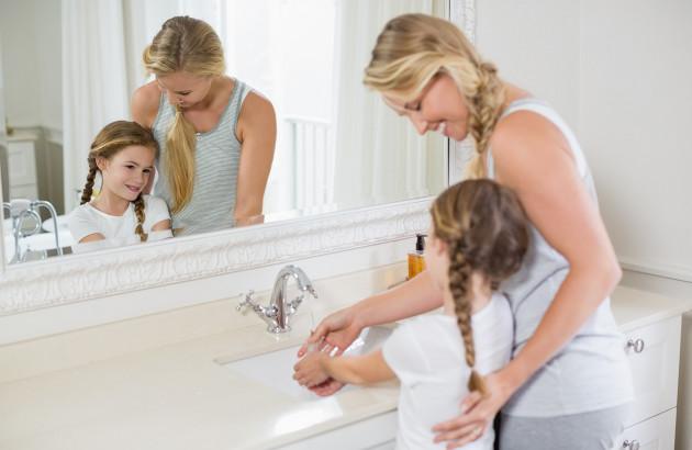 Comment sécuriser la salle de bains pour les enfants?