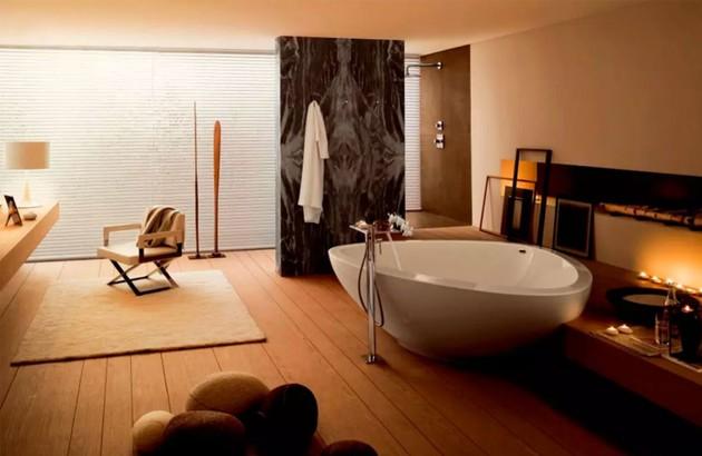 Belle baignoire Massaud dans une grande salle de bains