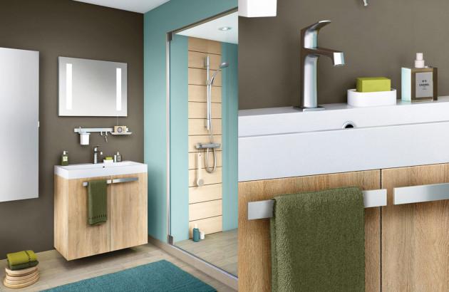 Salle de bain confortable avec meubles en céramique et bois