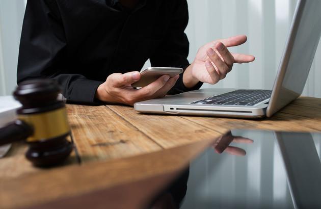 une personne travaillant sur son ordinateur