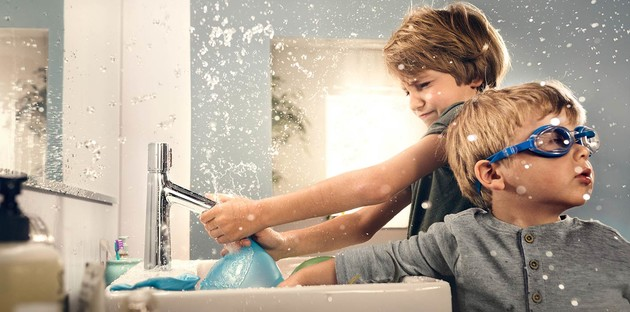 enfants qui jouent dans la salle de bains