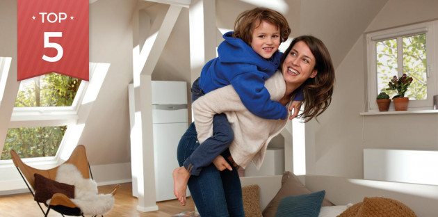 Maman portant son enfant sur son dos